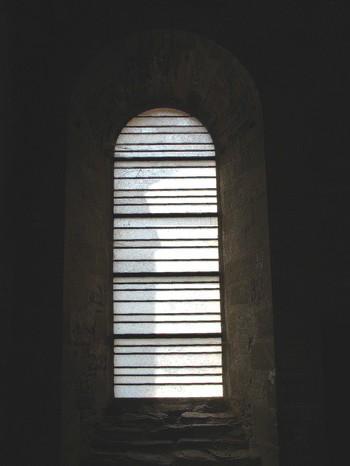 104 vitraux illuminent l'abbaye Sainte Foy de Conques - Aveyron