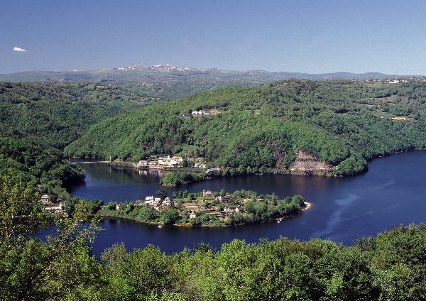 Le lac de Sarrans et la presqu'île de Laussac - Aveyron