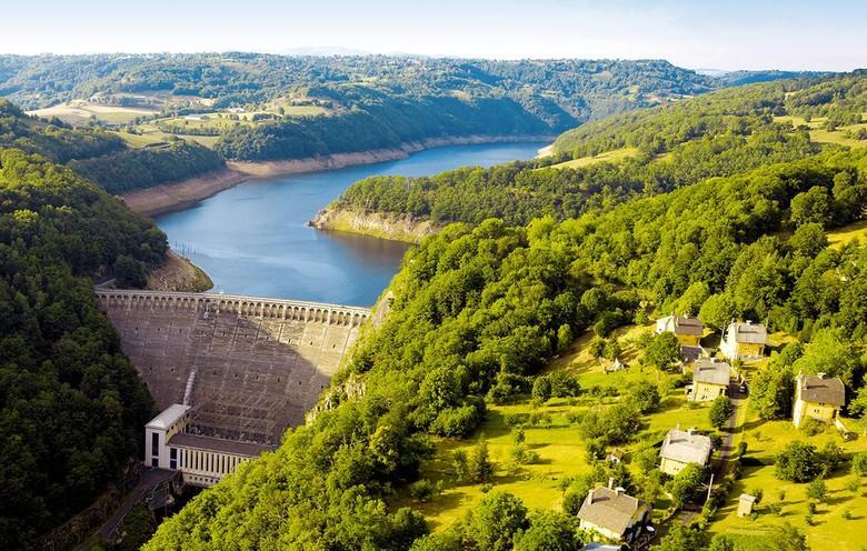 Le barrage de Sarrans - Aveyron : 8e plus grand barrage de France avec 300 millions de m3, retient les eaux de la Truyère sur 35 kilomètres.