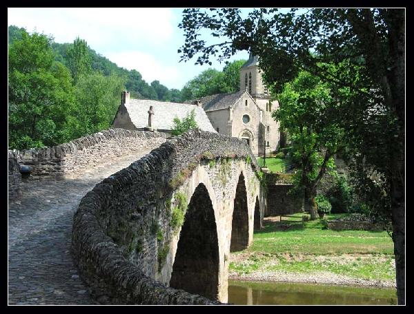 Vieux pont du XVème et église - Belcastel - Aveyron
