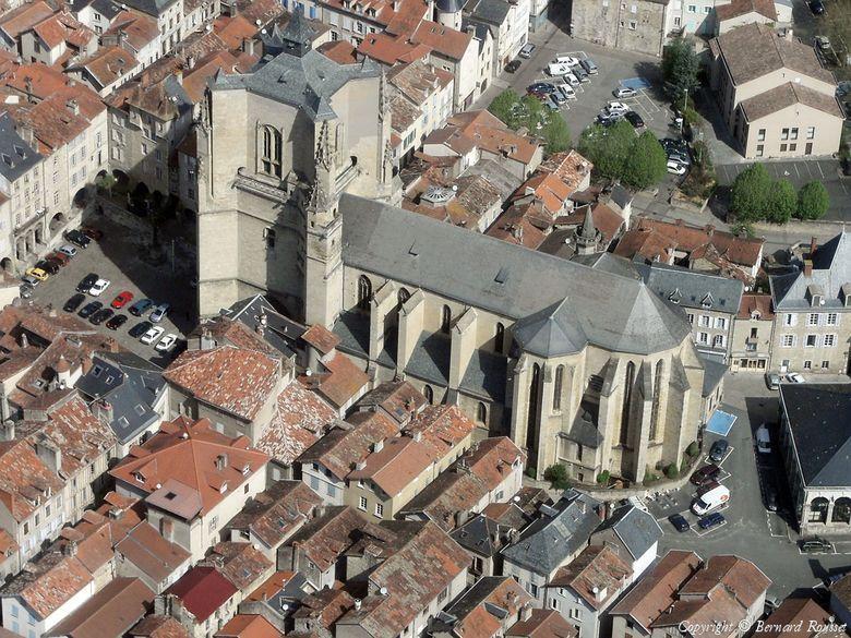 Dotée d'un riche patrimoine architectural, la ville a su conserver l'originalité de son plan d'urbanisme médiéval, sa forte tradition commerciale et ses marchés embaumés où se mêle la diversité des produits du terroir.