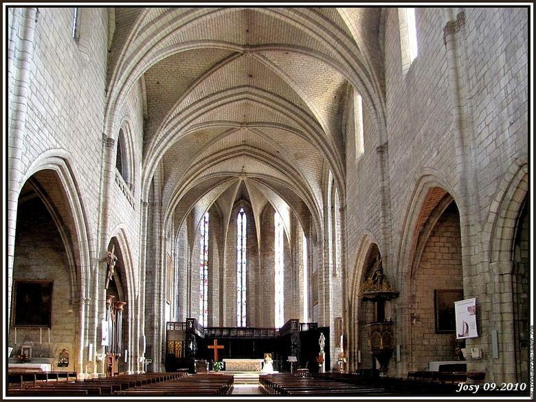 La Collégiale Notre-Dame (XIIIe-XVIe) dont l'impressionnant clocher-porche de 58 mètres de haut domine le centre de la ville classée aux monuments historiques.