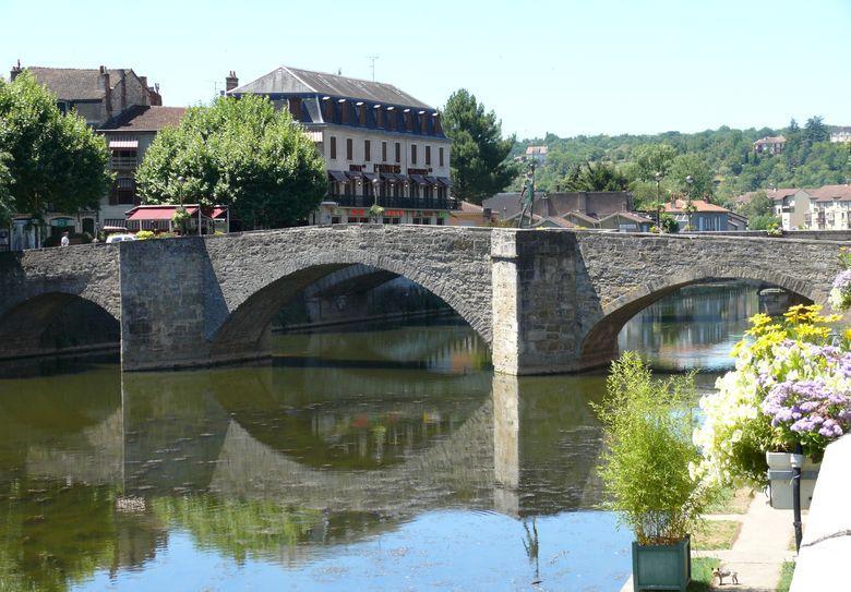 Pont des Consuls, ou Pont-Vieux, construit sur l'Aveyron vers 1321, pour remplacer un ancien gué. Il était initialement surmonté de deux tours comme on peut le voir sur le sceau des consuls de Villefranche.
