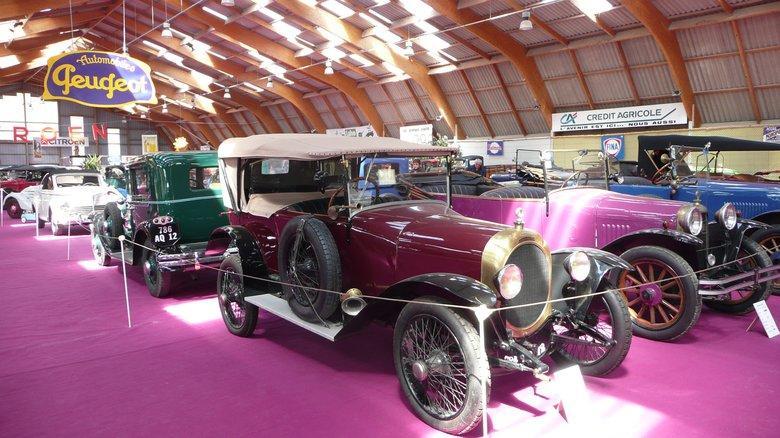 Vieilles autos au festival de la locomotion Campuac