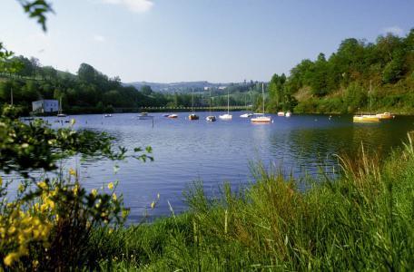 Le lac de Pareloup, appelé aussi lac de Salles-Curan