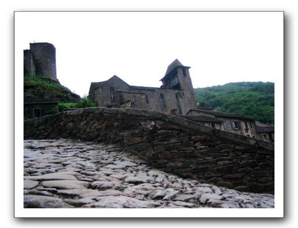 Pont roman et église fortifiée à Brousse-le-Château