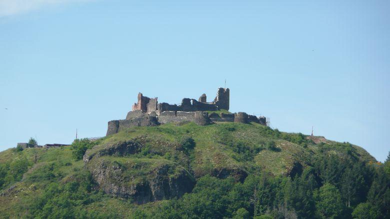 Le Château de Calmont domine la ville d'Espalion et la vallée du Lot