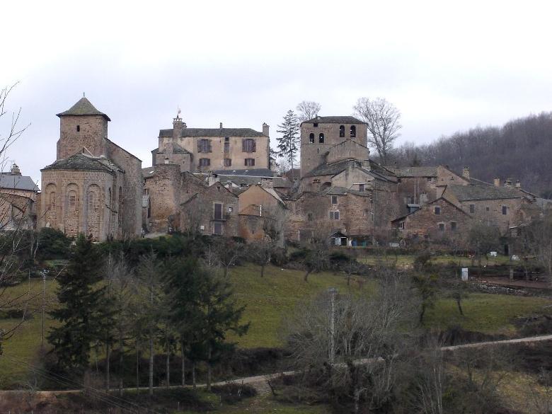 Castelnau-Pégayrols, son château et ses deux églises