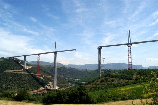 Le viaduc de Millau à été ouvert à la circulation le 17 décembre 2004