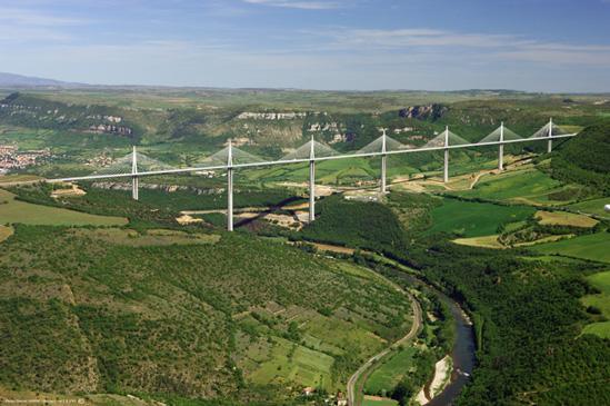 Le tablier du viaduc de Millau mesure 2460 mètres de longueur et pèse 36000 tonnes