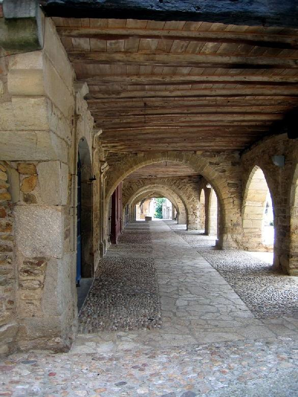 La place des Arcades de Sauveterre de Rouergue