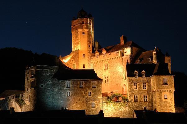 Nuit Lumière à Estaing, Aveyron, illumination de la cité aux chandelles, son et lumière, feu d'artifice.