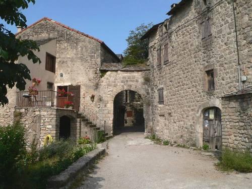 Le village fortifié de Cantobre: la Porte