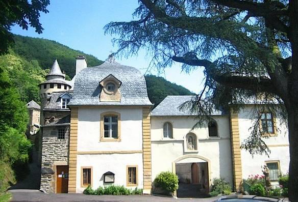 Les pavillons d'entrée datent probablement du XVIIIe siècle, comme l'hôtellerie attenante
