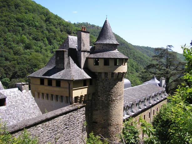 Les remparts et le donjon de l'abbaye de Bonneval