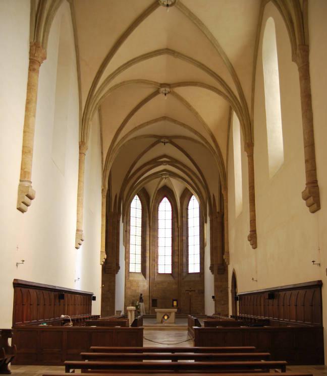 Rénovée en 2002, l'église abbatiale a retrouvé la couleur de la pierre