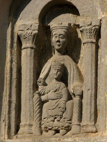 Au-dessus de l'arche, une Vierge à l'Enfant romane (XIIe siècle) classée par les Monuments Historiques