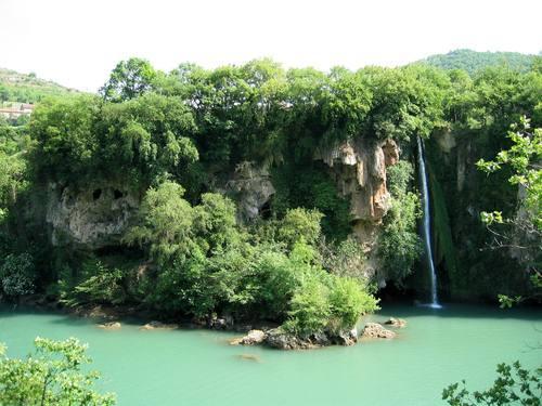 Les baumes de Saint-Rome et les eaux émeraudes du Tarn