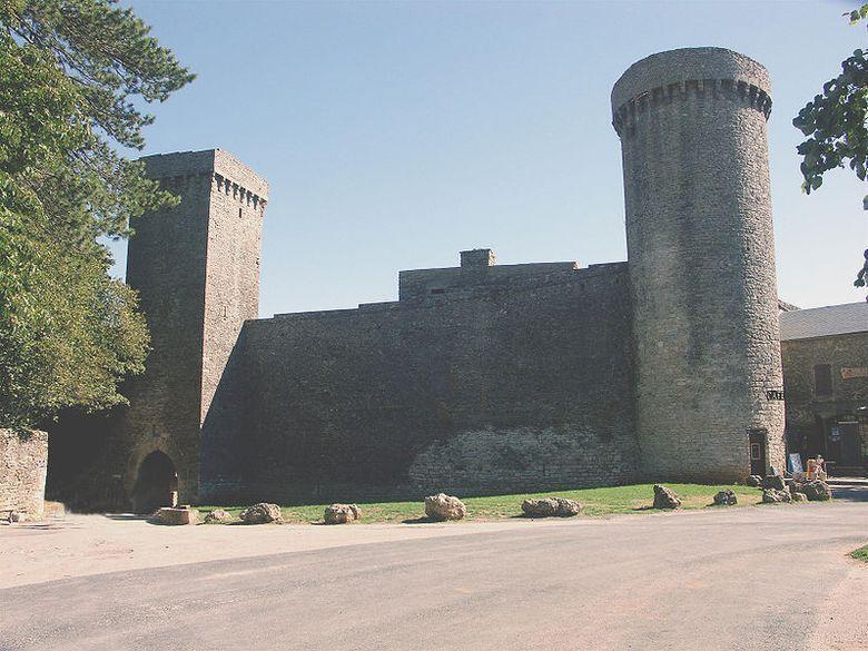 Ponctuée de tours circulaires, parcourue d'un chemin de ronde, l'enceinte fortifiée de La Couvertoirade garde intacte la présence des chevaliers