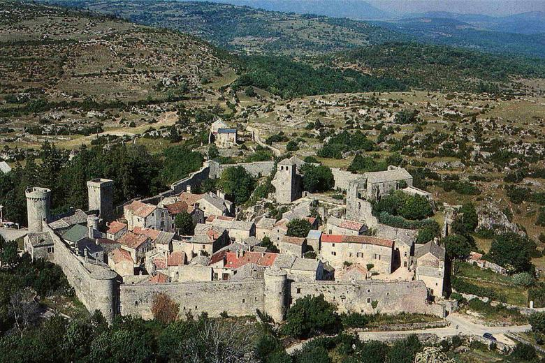 Au coeur du causse du Larzac surgit soudain une masse fortifiée, celle de la cité de La Couvertoirade
