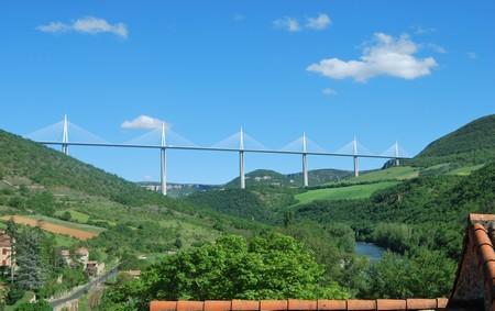 Un plateau surplombe le village et offre un impressionnant panorama sur le Viaduc de Millau et le Tarn.