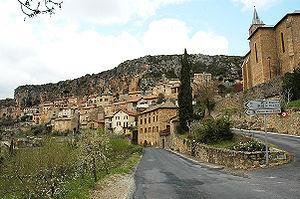 Peyre se situe au bord du Tarn, 8 km en aval de Millau.
