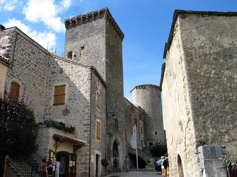 Village fortifié de Sainte-Eulalie de Cernon au pied du plateau du Larzac dans la vallée du Cernon