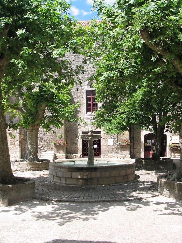 Place de la fontaine de Sainte-Eulalie-de-Cernon