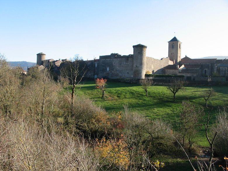 Vue du rempart nord de l'enceinte fortifiée hospitalière du XVe siècle autour du village de Ste-Eulalie-de-Cernon