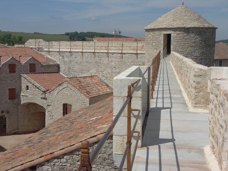 Le chemin de ronde des remparts de la cité templière et hospitalière de la Cavalerie sur le plateau du Larzac dans le sud Aveyron