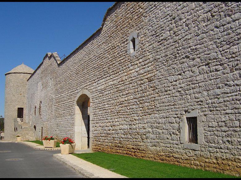 Les remparts restaurés de la Cavalerie. A l'intérieur de l'enceinte des maisons du XVème et des hôtels particuliers du XVIIème siècle