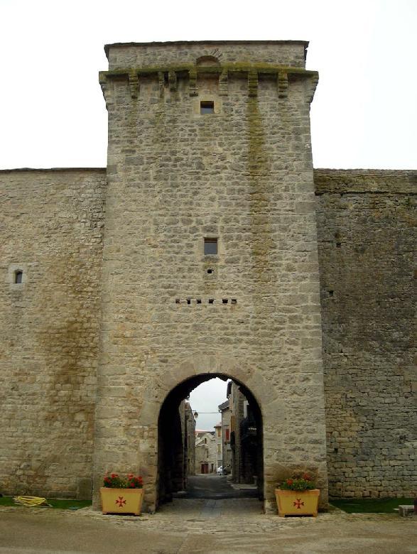 La Tour carrée de la porte est ornée de mâchicoulis.