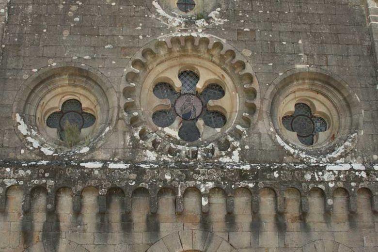 L'église abbatiale est doté d'un chevet plat typiquement cistercien, est surprenante par ses dimensions, et offre une acoustique remarquable adaptée a tout type de chant
