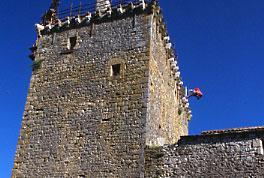 Tour fortifiée de Viala-du-pas-de-Jaux sur le plateau du Larzac