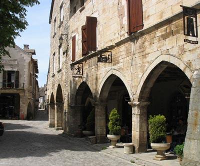 Villeneuve est la première bastide du Rouergue construite à l'initiative de Raymond VII de Toulouse.