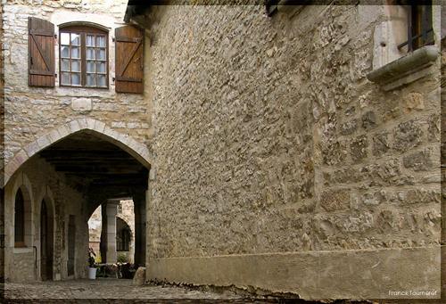 Villeneuve-d'Aveyron était une étape pour les pèlerins venant de Conques et Figeac en direction de Saint-Jacques-de-Compostelle