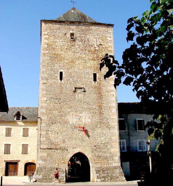 Fortifiée au XIVe siècle, Villeneuve-d'Aveyron conserve de cette époque deux vestiges importants, la Tour-porte Cardalhac et la Porte haute