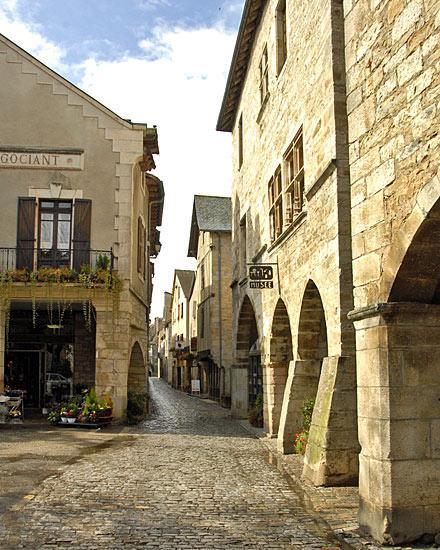 Villeneuve-d'Aveyron fut successivement sauveté, bastide comtale puis bastide royale à la fin du XIIIe siècle.