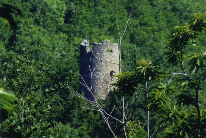 La Tour du Cayla assurait le guet en aval et en amont de la rivière Aveyron