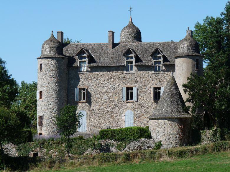 Le Château de Réquista situé à mi-chemin entre La Bastide-L'Evêque et Cabanes
