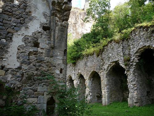 Les ruines de l'église de Peyrusse le Roc - Aveyron