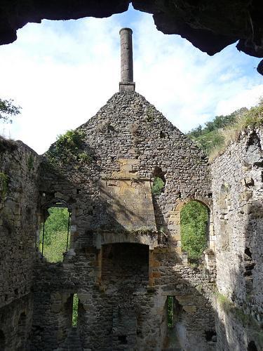 Les ruines de l'hôpital, dit Hôpital des Anglais avec son conduit de cheminée gothique