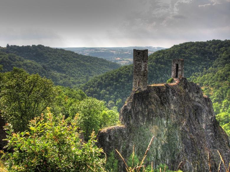 Le château inférieur de Peyrusse le Roc, perché sur son pain de sucre qui domine la vallée ou coule la rivière de l'Audierne