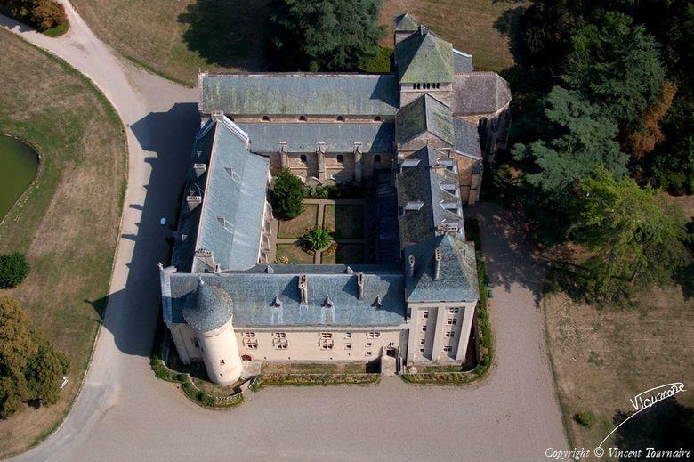 L'abbaye est construite autour d'un cloître central, elle est fortifiée, de sorte qu'extérieurement elle ressemble plus à un château qu'à un édifice religieux.