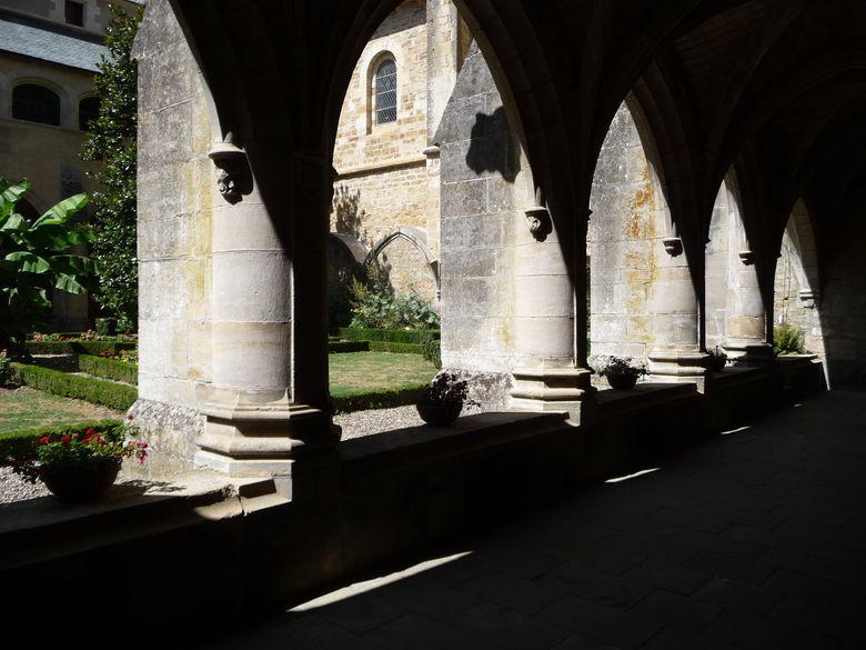 Le cloître, d'un style dépouillé et massif conformément à l'esprit cistercien, est surmonté d'une galerie couverte dont les ouvertures en arcs surbaissés annoncent déjà la Renaissance.
