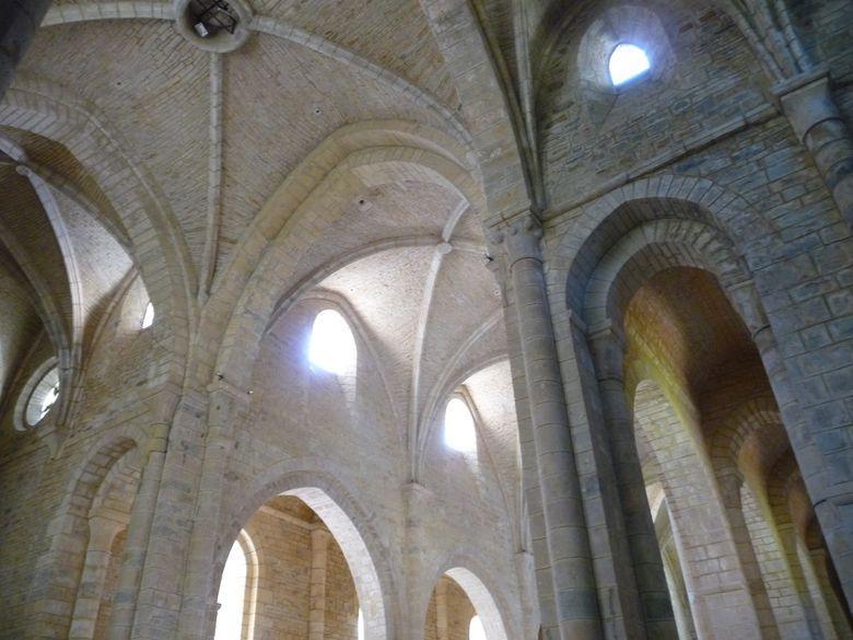 Magnifique de pureté cistercienne, sa voûte gothique, une des premières de la région, construite par les moines de Bourgogne sur une base romane, lui confère une luminosité exceptionnelle. Des chœurs profitent l'été de son acoustique.
