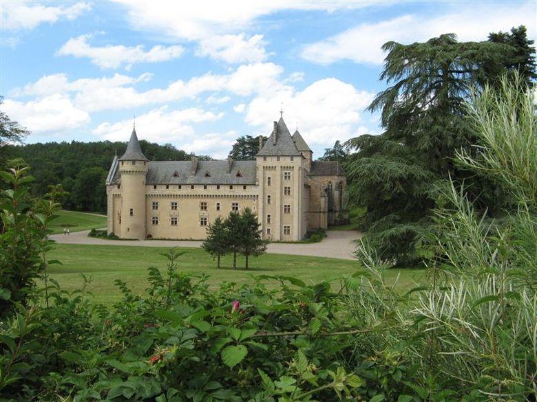 Un parc étonnant par sa luxuriance et ses grands arbres dans un environnement de causse sec, un étang animé par de nombreuses espèces d'oiseaux, et dans une clairière l'abbaye de Loc Dieu aux allures de château fort.