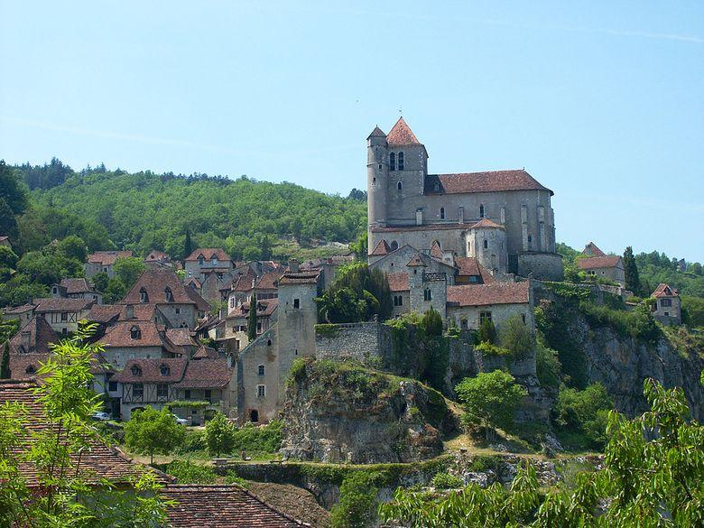 Surplombant le Lot de près de 100 m de haut, Le village fut partagé au Moyen âge entre quatre dynasties féodales, les Lapopie, les Gourdon, les Cardaillac et les Castelnau.