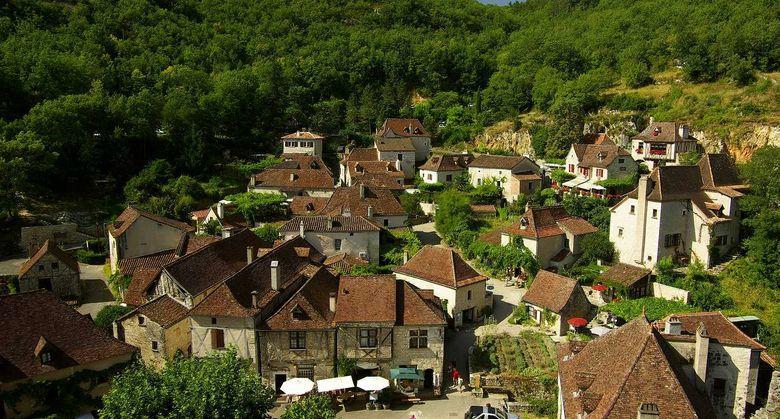 Le village a conservé cette atmosphère médiévale dont s'imprègne aujourd'hui, sitôt passé l'arche gothique de la porte de Rocamadour, le visiteur venant du causse ou de la vallée, tel le pèlerin ou le marinier du Moyen-Âge.