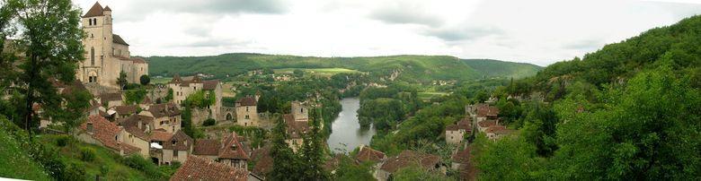 Saint-Cirq-Lapopie, perché sur son rocher dans une boucle du Lot, est souvent considéré comme l'archétype du village médiéval quercynois.